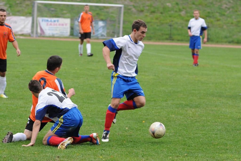 Mateusz Śliwa (przy piłce) w meczu z LKS Bełk zdobył gola i zaliczył asystę